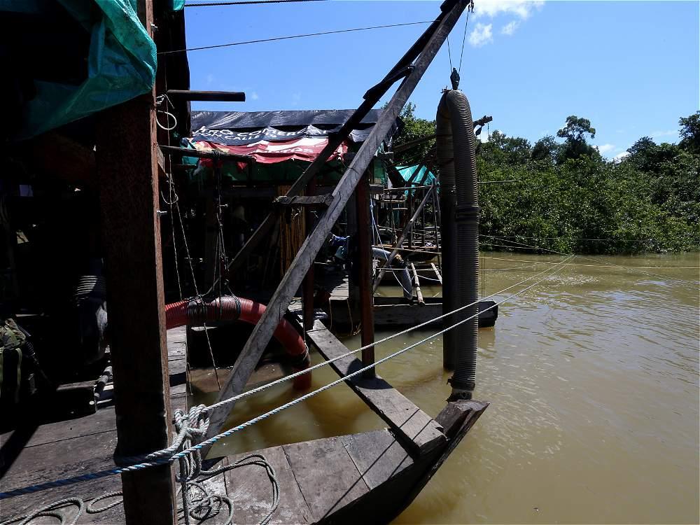 Dragas de minería ilegal sobre el río Inírida, en plena reserva natural de Guainía. A través de tubos, motores succionan el suelo, plantas y peces arrasando con ecosistemas subacuáticos.