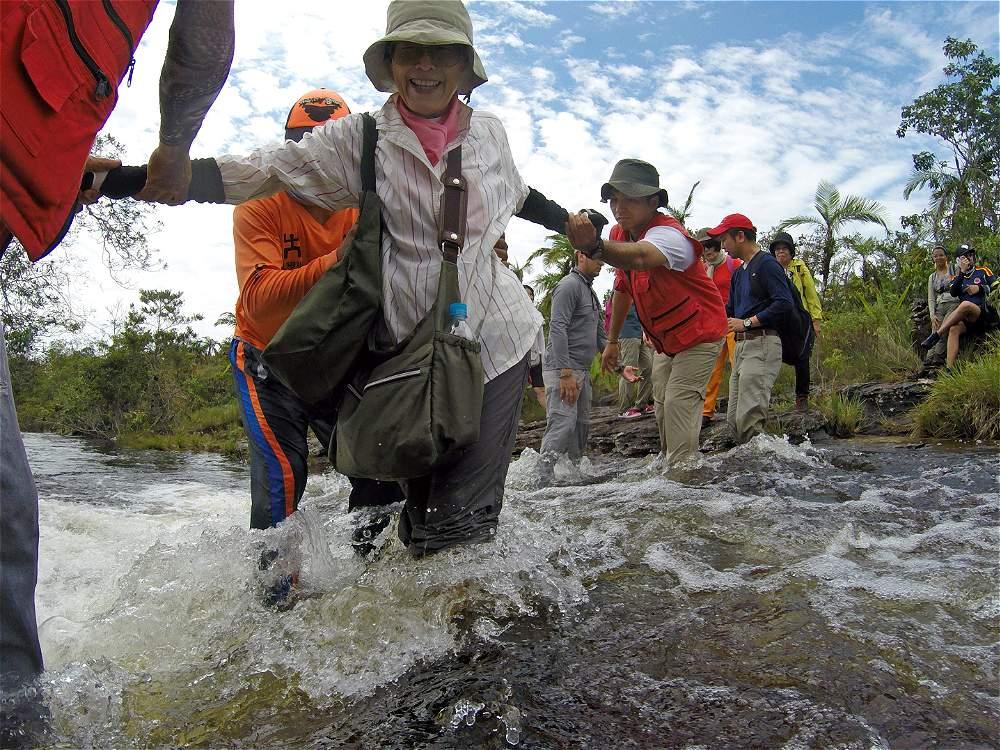 Es preciso ir muy cómodos y dispuestos a mojarse, porque es necesario atravesar riachuelos.
