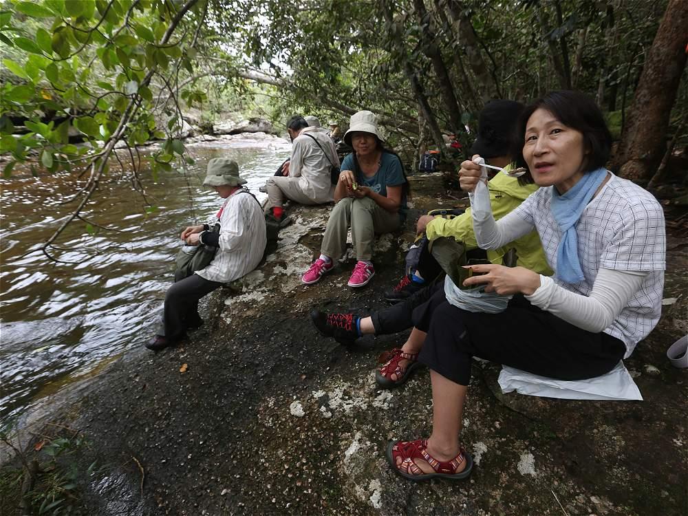 Un grupo de japoneses disfruta su almuerzo envuelto en hojas de plátano.