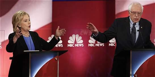 Clinton y Sanders se calzan los guantes en áspero debate demócrata