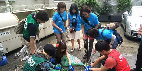 Una ONG de japoneses reúne gente para limpiar las calles de París