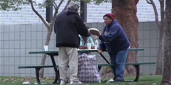 Habitante de la calle gasta limosna en comida para sus compañeros