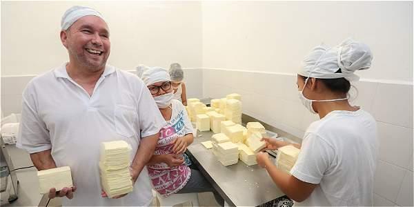Los hermanos Velásquez perdieron la visión luego de un accidente con dinamita. Hoy uno de ellos dirige y trabaja en una próspera empresa de lácteos.