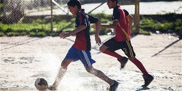 Eduardo se convirtió en un padre para los niños de un barrio pobre de Ibagué: les fundó una escuelita de fútbol, los anima y aconseja para que sean personas de bien para la sociedad.