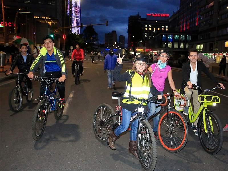 Bogotá y su cara más amable en la ciclovía nocturna
