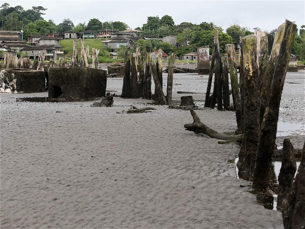 Cuando empezó a ascender el mar, la comunidad intentó construir una barrera.
