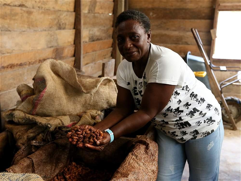 María Aydee Angulo es una de las mujeres que trabaja en el acopio de cacao de la vereda.
