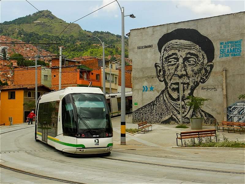 El recorrido artístico que hace el tranvía de Medellín