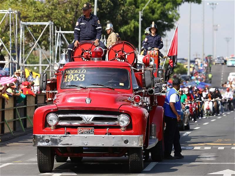 El desfile de carros antiguos de la feria de Cali