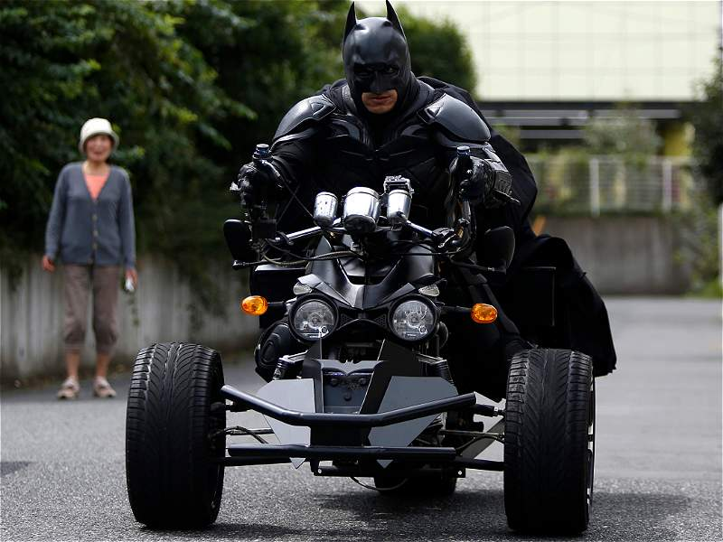 Un motociclista disfrazado de Batman causa sensación en Japón