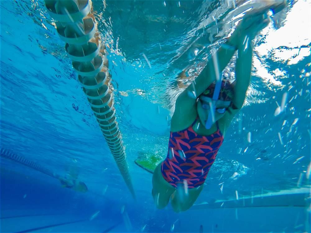 Fotos nataci n con aletas galer a de fotos eltiempo com for Aletas natacion piscina