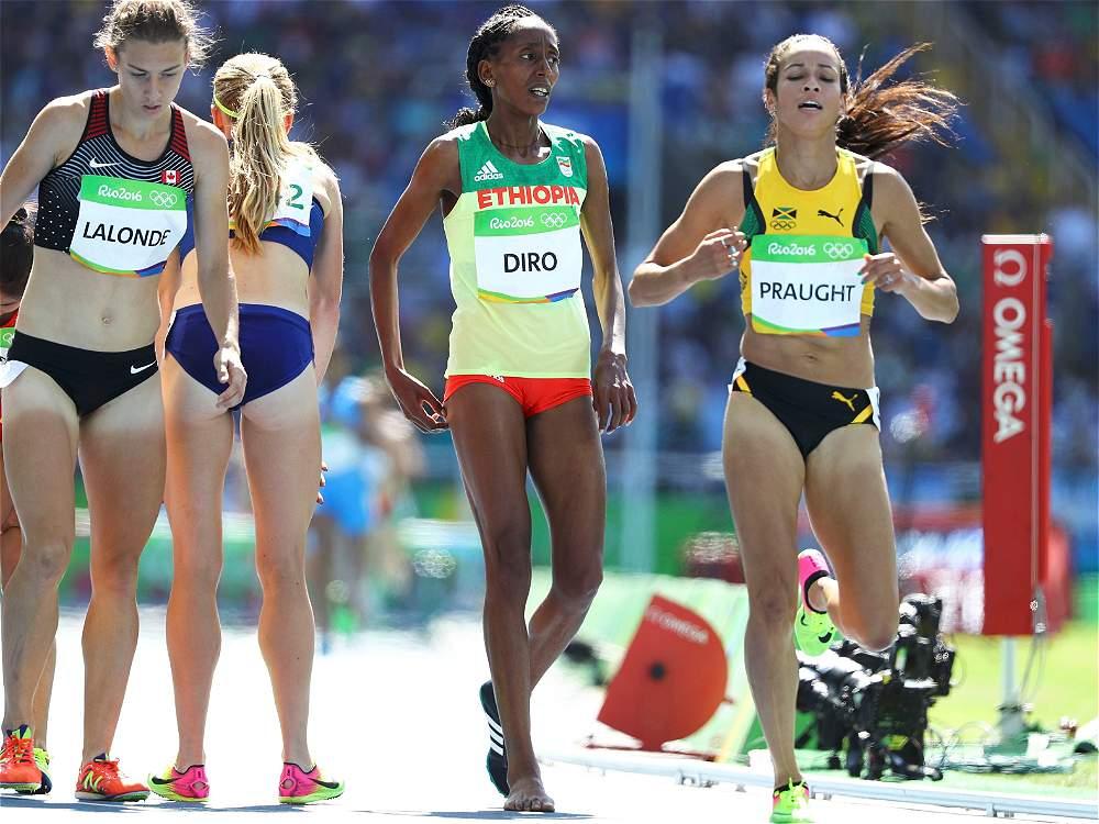 Diro había intentado en un primer momento calzarse la zapatilla, pero dándose cuenta de que perdería mucho tiempo, la lanzó al suelo y reanudó la carrera con el pie desnudo.
