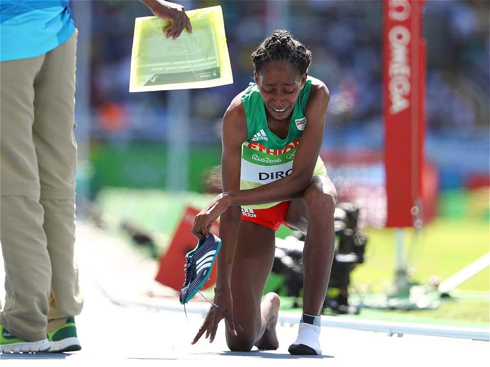 Un eco de admiración en el estadio olímpico acompañó la remontada de la etíope Diro, particularmente incómodo con su pie descalzo en el paso del foso de agua.