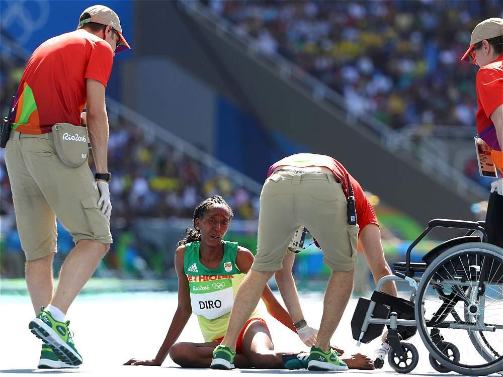 Varias personas tuvieron que auxiliarla por el dolor que le ocasionó correr sin zapato.