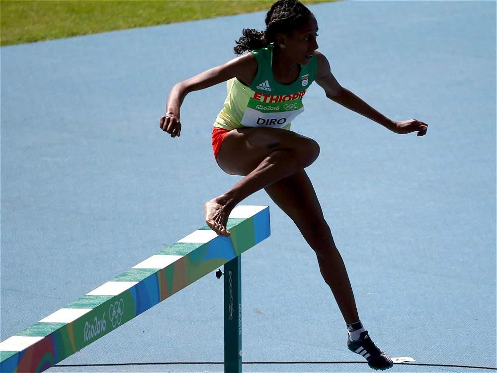 La etíope Etenesh Diro sufrió el sábado una caída múltiple junto a otras dos atletas en la carrera clasificatoria de los 3.000 metros con obstáculos de los Juegos de Río.