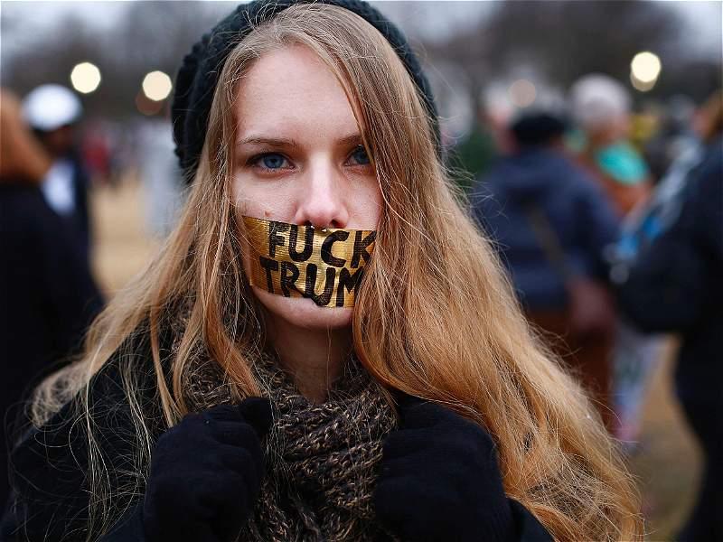 En las calles, miles de mujeres marcharon y le dijeron no a Trump