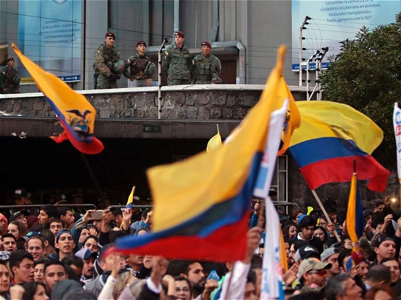 Multitudinarias protestas en Ecuador por las demoras con resultados de las presidenciales
