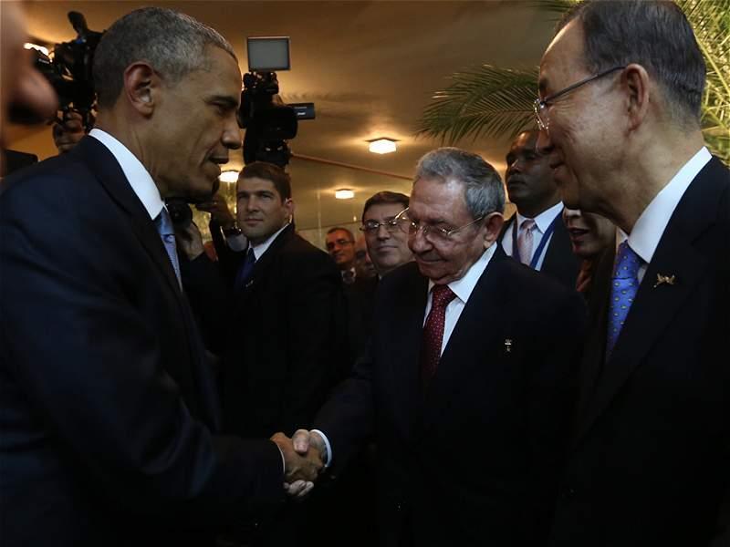 El saludo que pasará a la historia entre Obama y Raúl Castro