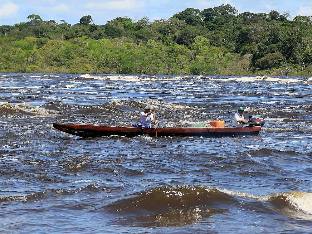 Los raudales, o rápidos, son zonas del río que los indígenas deben sortear con habilidad al transportarse.