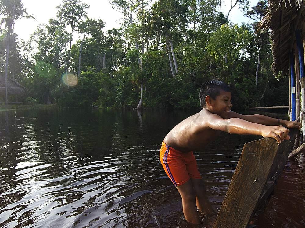 Los ríos hacen parte de la vida de los habitantes de Guainía. Aquí, un niño juega desde un muelle.