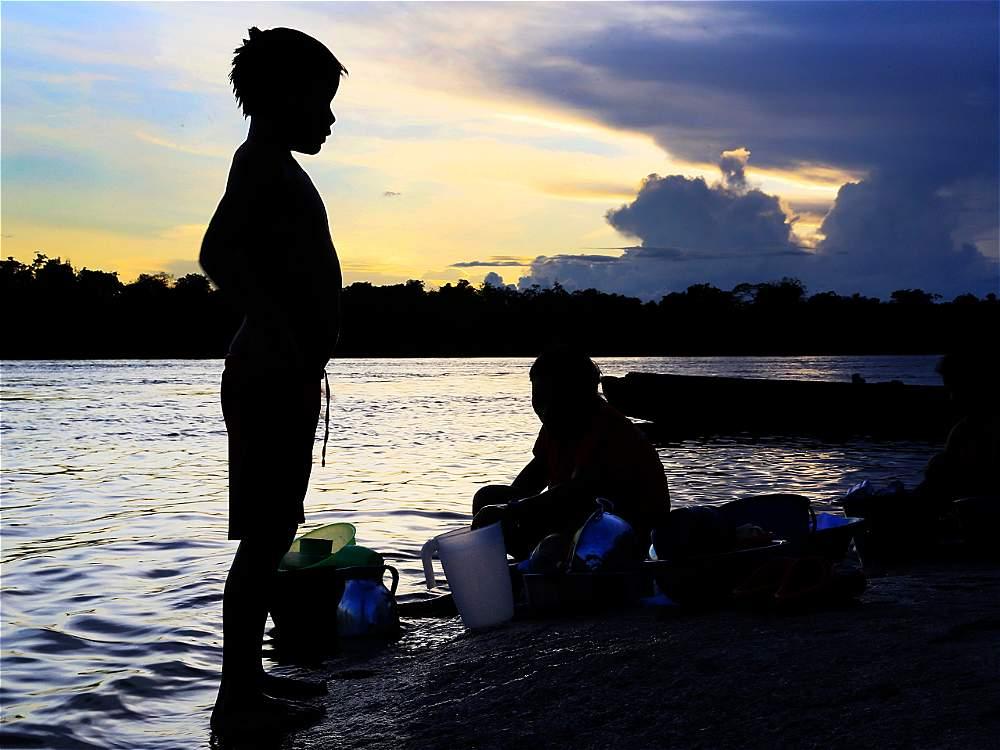 Las últimas horas de la tarde son aprovechadas por lo iniridenses para hacer diferentes actividades en la orilla del río. La luz de la puesta del sol los ilumina mágicamente.