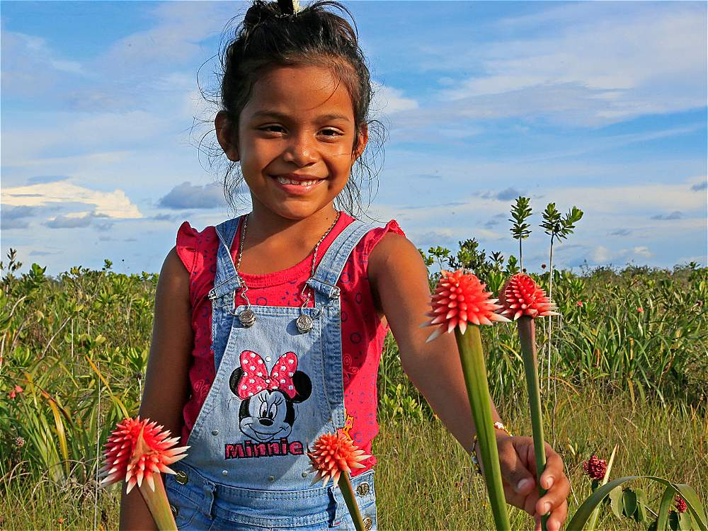 Uno de los principales atractivos del departamento es su gente. Acá una niña sostiene una flor de Inírida, símbolo de la región.
