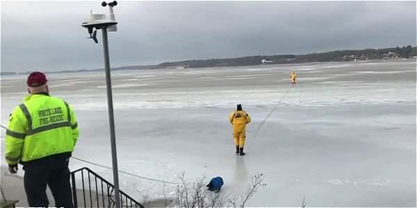 Bomberos rescatan a perro de un lago congelado en EE.UU.