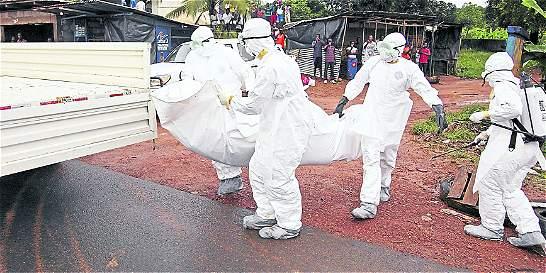 Personal de lucha contra ébola tira cadáveres en la calle en protesta