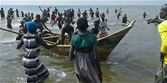 Al menos 9 muertos al hundirse barco con equipo de fútbol en Uganda