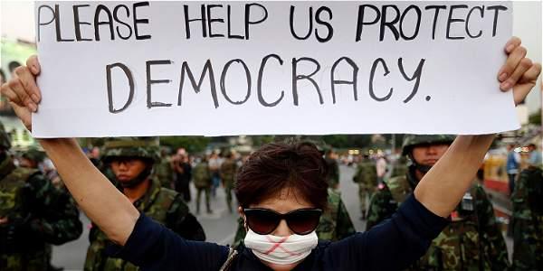 Miles de personas se han manifestado pese a la prohibición de la junta militar.