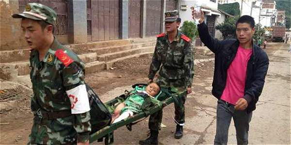 militares chinos rescatan a un niño que resultó herido tras el temblor.