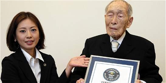 Japonés de 111 años, reconocido como el hombre más viejo del mundo