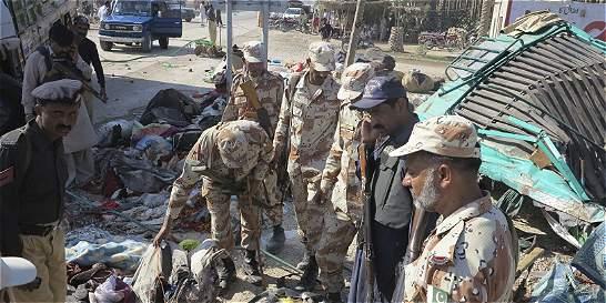 Al menos 56 muertos por accidente de autobús en Pakistán