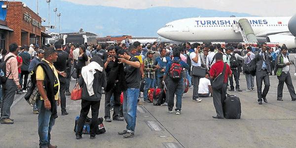 Así lucía la pista del aeropuerto internacional de Katmandú el día siguiente al sismo.