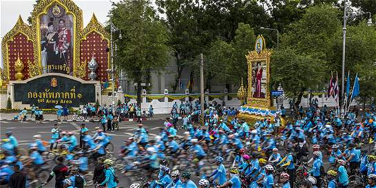 Ciclistas recorren Bangkok por celebración del cumpleaños de su reina
