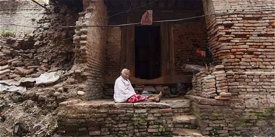 La reconstrucción tras temblor en Nepal se ahoga en tensión política