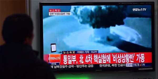 Varias personas ven la transmisión de televisión en Seúl (Corea del Sur) sobre las pruebas de la bomba de hidrógeno por parte de Corea del Norte.