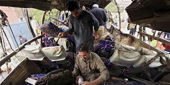 Al menos 15 muertos en atentado con bomba en un autobús en Pakistán