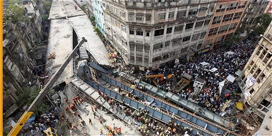 Al menos 15 muertos al derrumbarse un puente en construcción en India