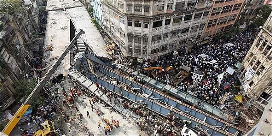 Aumenta a 26 los muertos en derrumbe de un puente en Calcuta
