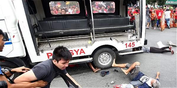 Policía atropella a propósito a multitud que protestaba en Filipinas