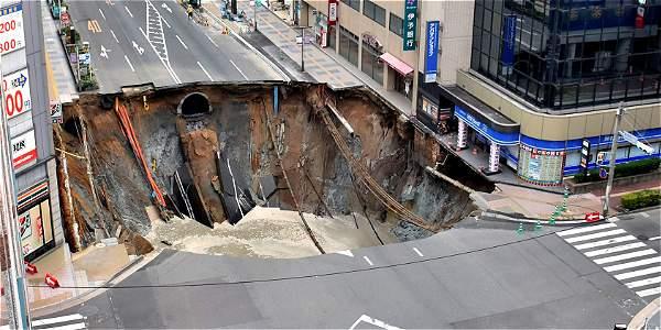 El momento en el que se abre un cráter de 30 metros en plena vía