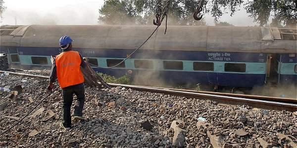 Sigue la búsqueda de víctimas del accidente de tren en India
