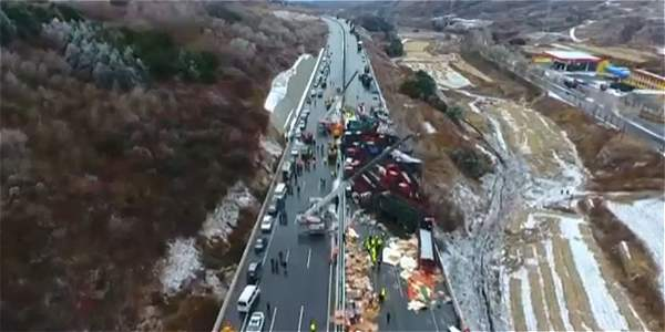Impresionante accidente entre 52 vehículos en China