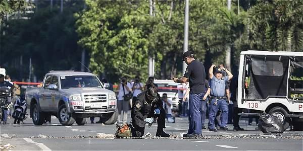 La policía filipina inspecciona un mortero que formaba parte de un supuesto dispositivo explosivo improvisado encontrado cerca de la Embajada de EE.UU. en Manila.