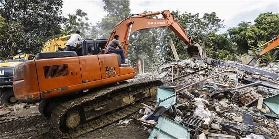 Aumenta a 97 el número de muertos por terremoto en Indonesia