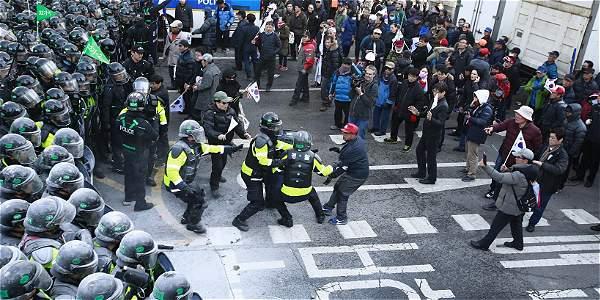Simpatizantes de Park Geun-Hye fueron rodeados por la policía y no lograron avanzar hacia el tribunal, donde se encontraba la oposición.
