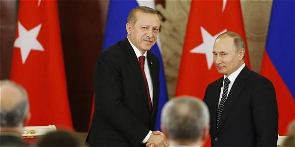 Desde Moscú, los presidentes ruso, Vladimir Putin (der.), y el turco, Recep Tayyip Erdogan, acordaron este viernes restablecer sus relaciones.
