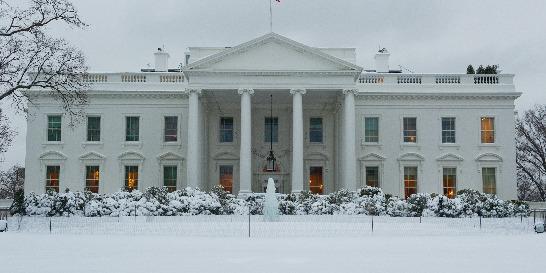 Tormenta de nieve cierra gobierno y escuelas de Washington