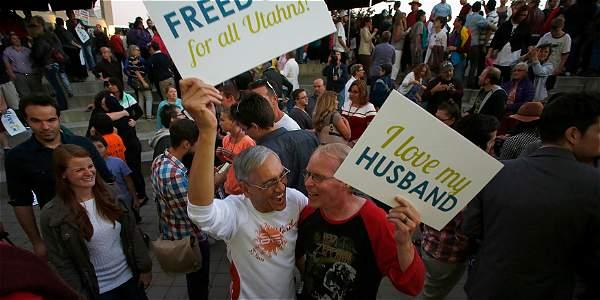 Cientos de personas salieron a las calles en Utah, Estados Unidos, para celebrar la decisión de las autoridades.